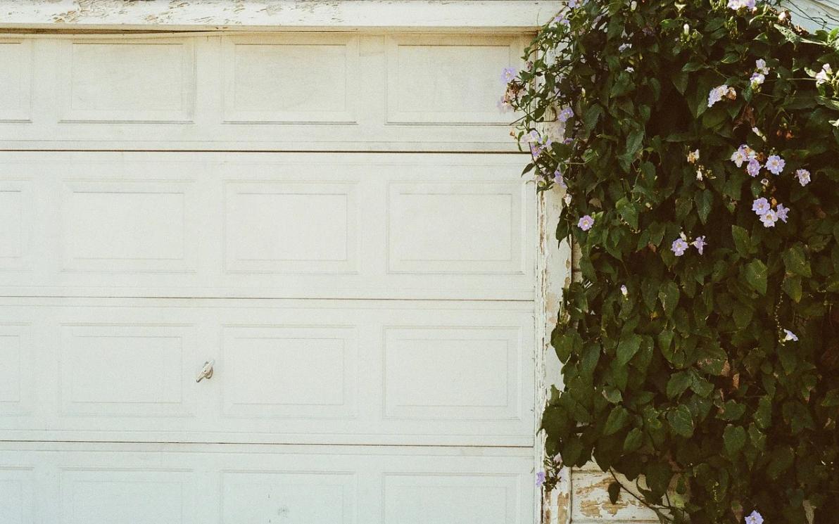 bílá garážová vrata