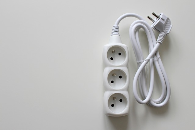bílý kabel