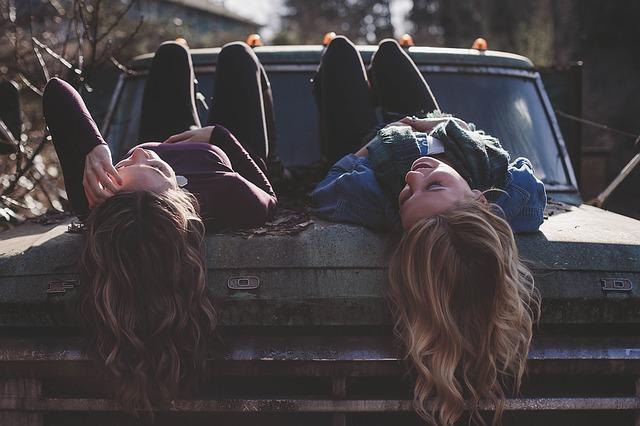 holky na kapotě