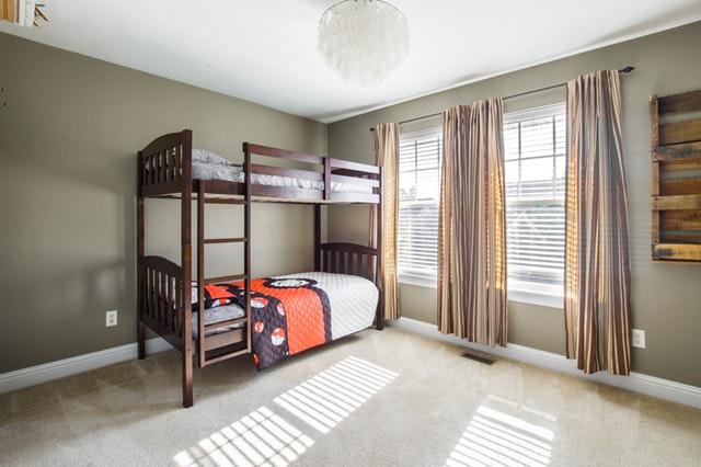 dřevěná patrová postel