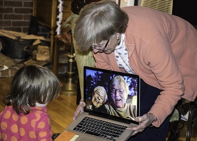 babička, vnouče a notebook