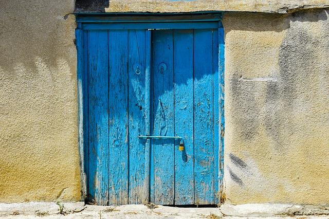 Zanedbané venkovní dveře