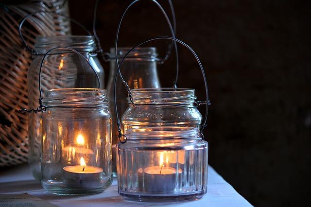 Svíčky v dekorativních sklenicích